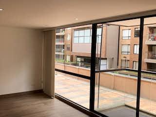 Una vista de un cuarto de baño con una puerta de cristal en VENTA APARTAMENTO EN ALEJANDRIA
