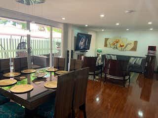 Una sala de estar llena de muebles y una mesa de madera en VENTA ESPECTACULAR APARTAMENTO ALEJANDRIA