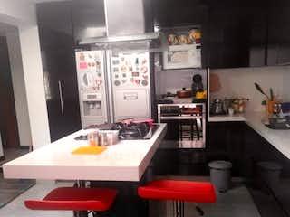 Una cocina con una mesa y una mesa en CASA EN VENTA EN CONTADOR