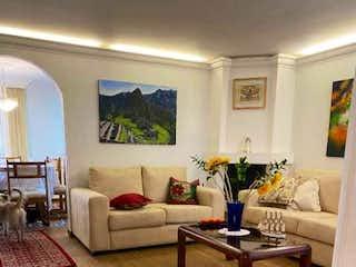 Una sala de estar llena de muebles y una mesa en ESPECTACULAR CASA CEDRITOS