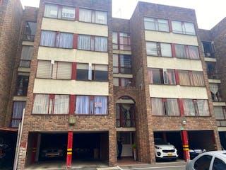 Un edificio alto con muchas ventanas en Apartamento en venta en Barrio Toberín 55m²