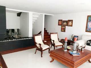 Una sala de estar llena de muebles y una mesa de café en Hermosa casa remodelada en venta en Cedritos