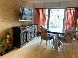 Una sala de estar llena de muebles y una televisión de pantalla plana en Departamento en venta de 103 mts en Col. Xoco con 3 habitaciones