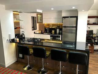 Una cocina con una mesa y una nevera en VENTA HERMOSO APARTAMENTO VIRREY