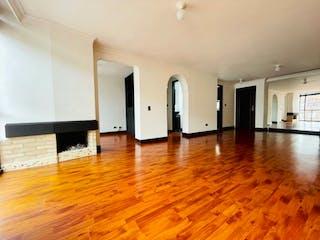 Una sala de estar con suelos de madera dura y suelos de madera en Se Vende Apartamento en El Batan, Bogotá