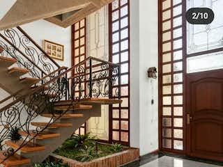 Un edificio muy alto con un reloj grande en Casa en venta en Casco Urbano Sopó, 420m²