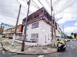 Una motocicleta estacionada delante de un edificio en VENTA CASA EN  CIUDAD MONTES