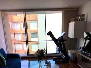 Una sala de estar llena de muebles y una ventana en VENDO APTO EN CEDRITOS 76 MTRS2