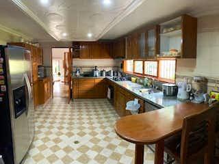 Un comedor con una mesa y sillas en Casa en Arriendo o Venta Alejandria Medellin