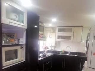 Una cocina con fregadero y nevera en Casa Los Elíseos - Pórtales del Norte
