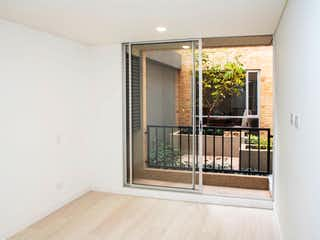Un cuarto de baño con ducha y una ventana en Apartamento Balzani - Fontibón 4