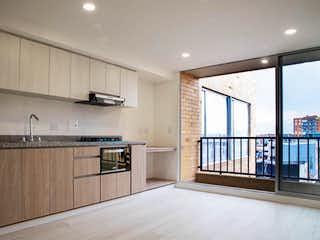 Una gran cocina con un gran ventanal en ella en Apartamento Duplex Balzani Fontibón 6