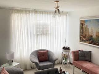 Una sala de estar llena de muebles y una ventana en Apartamento Duplex Prado de Camelias - Santa Teresa
