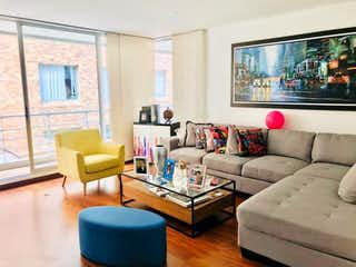 Una sala de estar llena de muebles y una gran ventana en Apartamento Chicó Navarra