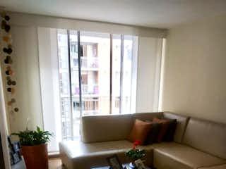 Una sala de estar llena de muebles y una gran ventana en Apartamento Mazuren 17