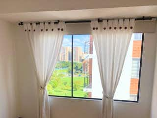 Una vista de una habitación con un gran ventanal en Apartamento Rentando Duplex Mazuren