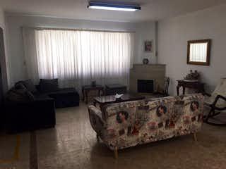 Una sala de estar llena de muebles y una ventana en Casa Remodelada Palermo