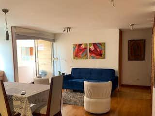 Una sala de estar llena de muebles y una mesa en Apartamento en venta en Cedritos de 82m² con Balcón...