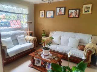Una sala de estar llena de muebles y una gran ventana en Casa En Venta En Bogota San Antonio Norte-Usaquén