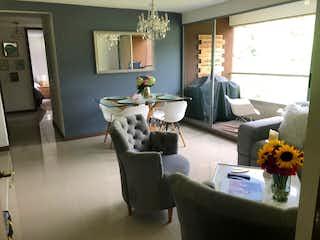 Una sala de estar llena de muebles y una ventana en Apartamento en venta en Camino Verde de tres habitaciones
