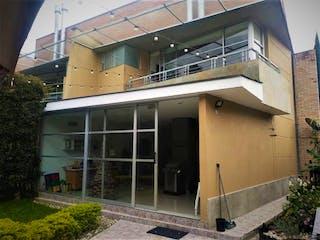 Un edificio que tiene una ventana en él en Casa en Venta ALTOS DEL POBLADO