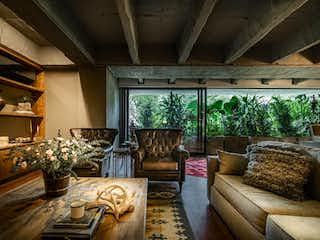 Una sala de estar llena de muebles y una gran ventana en Apartamento en venta en Las Lomas de tres habitaciones