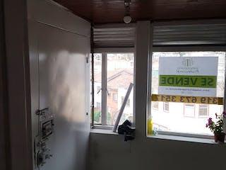 Un baño con una ventana y una ventana en Casa en Venta TEUSAQUILLO