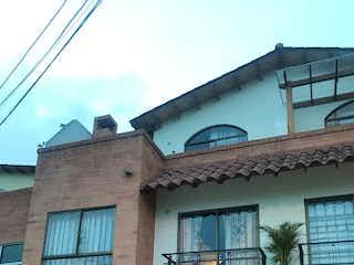Un edificio con un reloj en el costado en Casa en Venta VEREDA DEL ABRA