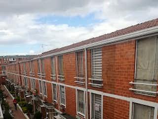 Un gran edificio de ladrillo con un tren en las vías en Casa en Venta NUEVA CASTILLA