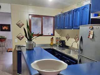 Un cuarto de baño con lavabo y un gran espejo en Apartamento en venta en Cabañitas de tres alcobas