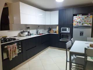 Una cocina con una estufa de fregadero y nevera en Casa en venta en Parque de 240mts