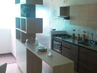 Una cocina con una estufa de fregadero y nevera en SE VENDE APTO EN LA ESTRELLA PARA ESTRENAR UNIDAD CEIBA AZUL