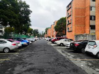 Una calle de la ciudad llena de coches y edificios estacionados en DEPARTAMENTO EN ACUEDUCTO DE GUADALUPE