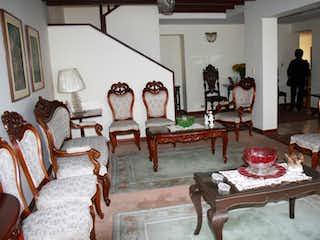 Una sala de estar llena de muebles y una mesa en Casa En Venta En Bogota Alhambra