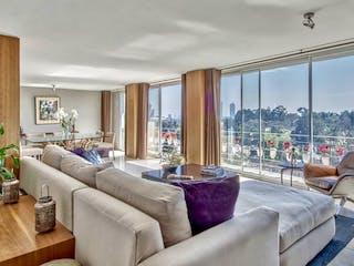 Una sala de estar llena de muebles y una gran ventana en Balcón Virreyes