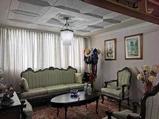 Una sala de estar llena de muebles y una ventana en 102547 - Venta apartamento Precio oportunidad en Poblado - Aguacatala - Medellín