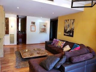 Una sala de estar llena de muebles y un sofá en Departamento en venta en Bosques de las Lomas, de 285mtrs2