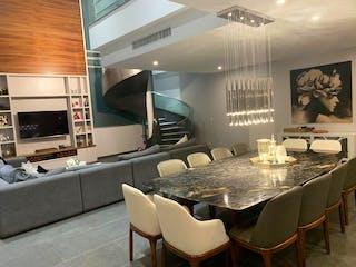 Una cocina con una mesa y sillas en ella en Departamento en venta en Bosques de las Lomas, de 322mtrs2
