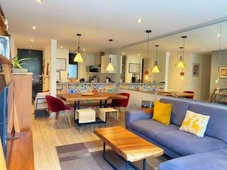 Una sala de estar llena de muebles y una mesa en Departamento en venta en Nápoles 86m²