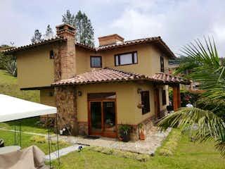 Una casa que está sentada delante de una casa en Venta casa envigado escobero