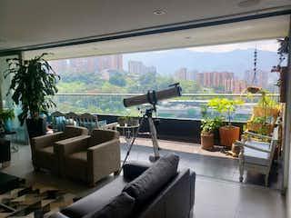 Una sala de estar llena de muebles y una gran ventana en Apartamento en venta en La Abadía de tres alcobas