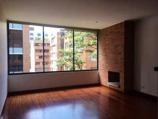 Una sala de estar llena de muebles y una chimenea en Apartamento en venta en San Isidro, 115m²