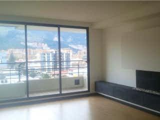 Una gran sala de estar con un gran ventanal en Apartamento en venta en Barrio Cedritos de 89m²