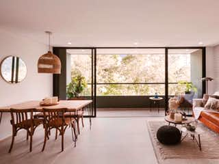Una sala de estar llena de muebles y una gran ventana en Apartamento en Loma de las Brujas