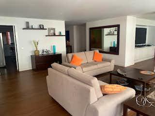 Una sala de estar llena de muebles y una televisión de pantalla plana en Apartamento En Venta En Bogota El Retiro