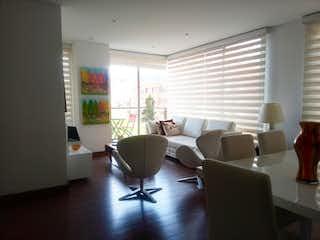 Una sala de estar llena de muebles y una ventana en Apartamento En Venta En Bogota Bella Suiza