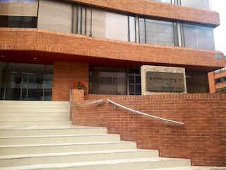 Un edificio con un banco en él en Apartamento En Venta En Bogota Santa Barbara