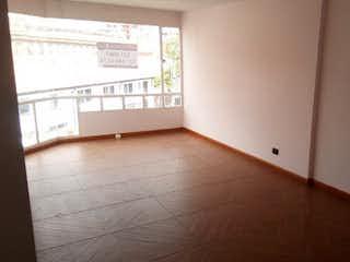 Un cuarto de baño con un inodoro y una ventana en Apartamento En Venta En Bogota Chapinero Alto