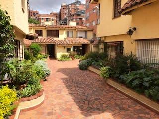 Una calle con un edificio y un edificio en Casa En Venta En Bogota La Calleja-Usaquén