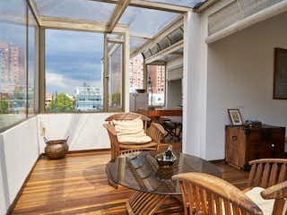 Una sala de estar llena de muebles y una ventana en Apartamento En Venta En Bogotá Lago Gaitán